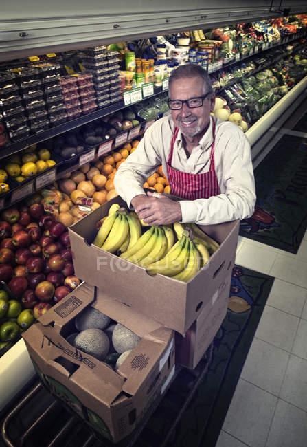 Чоловік, що стоїть в продуктовому магазині — стокове фото