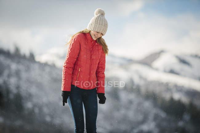 Ragazza in un cappotto rosso in inverno . — Foto stock