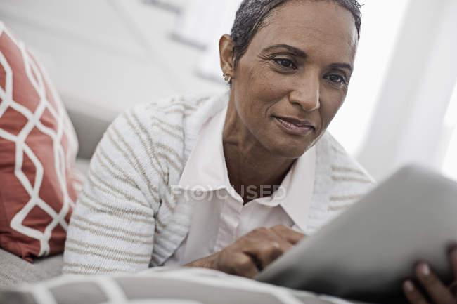 Женщина с цифровым планшетом . — стоковое фото