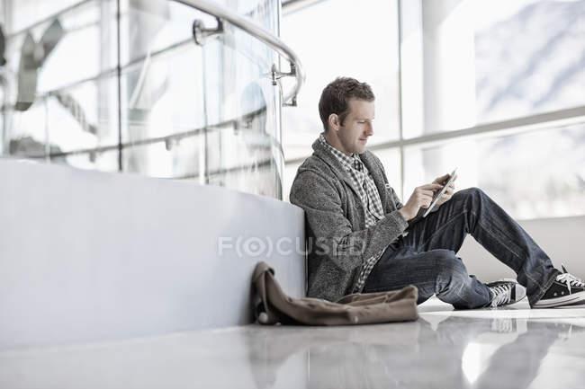 Uomo che utilizza un tablet digitale — Foto stock