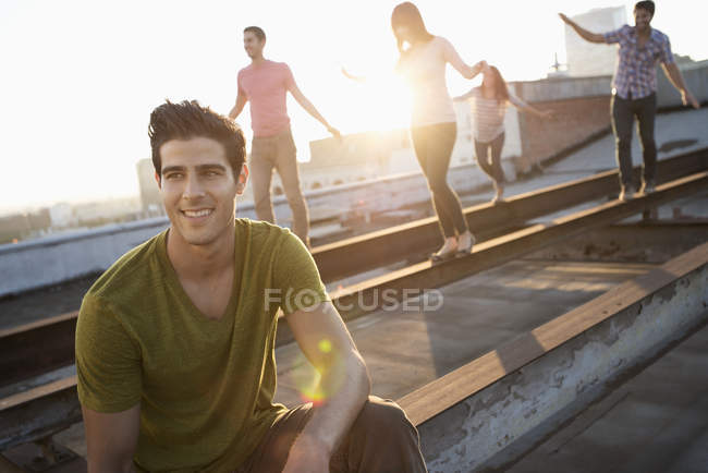 People on a rooftop in the city at dusk — Stock Photo