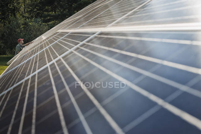 Man inspecting solar panel — Stock Photo