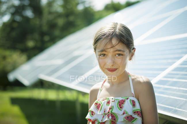 Niño al lado de paneles solares - foto de stock