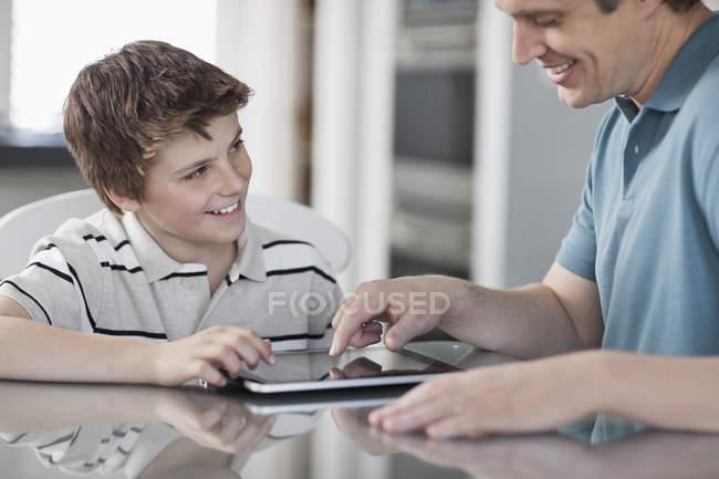 Homme et un garçon avec tablette numérique — Photo de stock