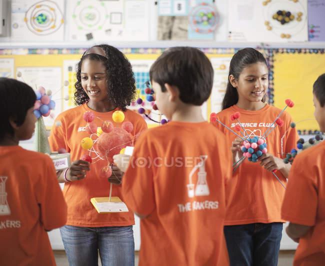 Meninas e meninos em Science Club — Fotografia de Stock