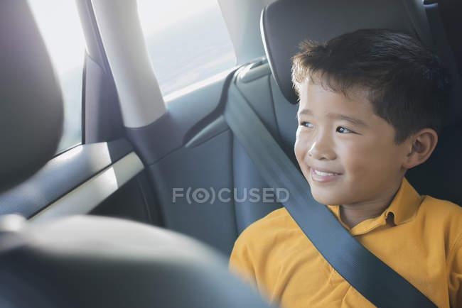 Хлопчик, що сидять у вагоні — стокове фото
