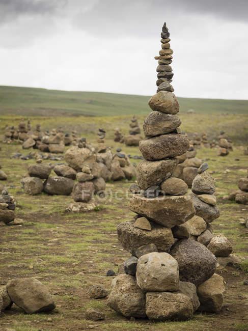 Alto cairn rocha feita por caminhantes — Fotografia de Stock