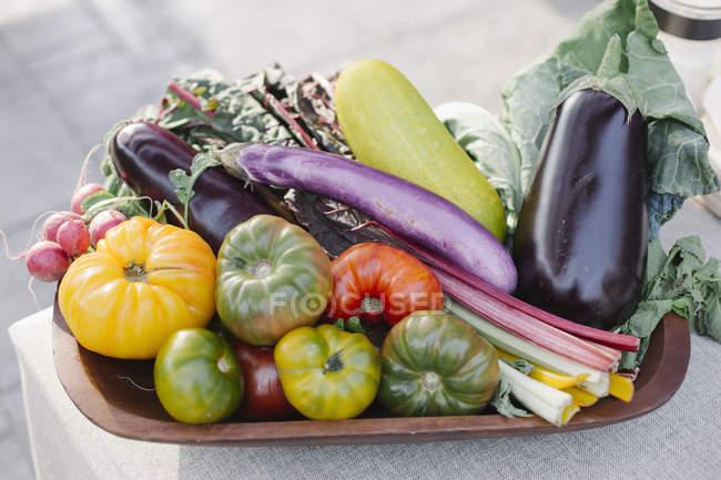 Дерев'яний кубок зі свіжих овочів — стокове фото