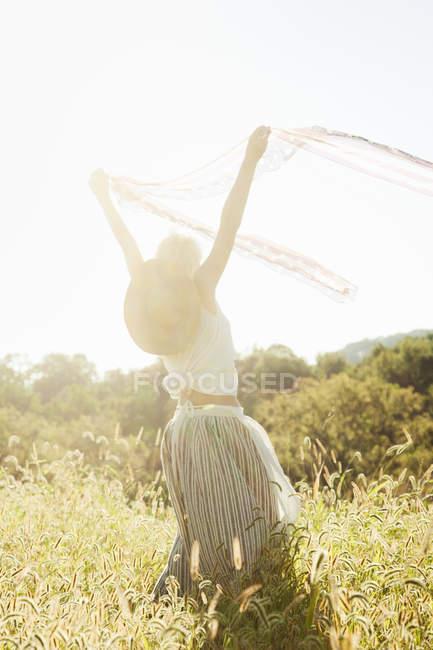Красивая девушка танцует — стоковое фото