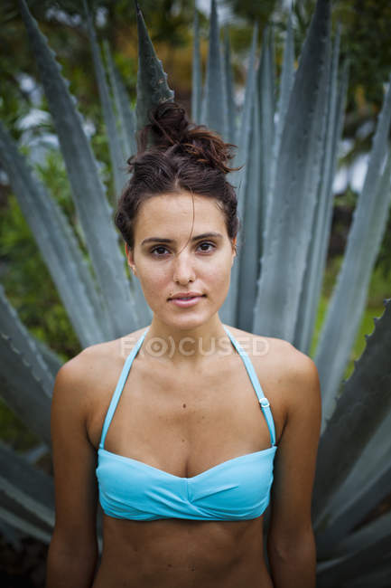 Woman in front of an agave plant — Stock Photo