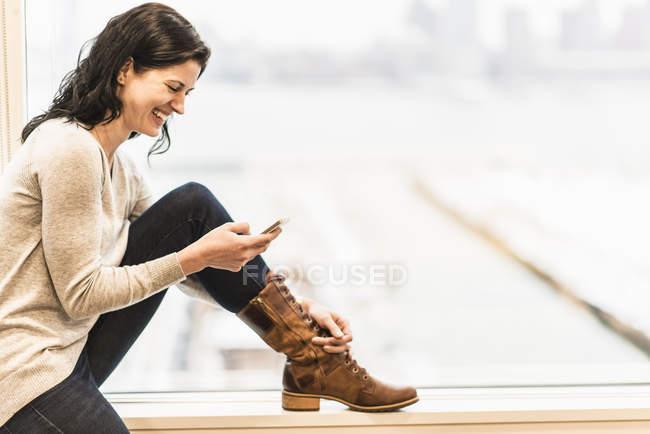 Mulher de negócios sentada por uma janela — Fotografia de Stock