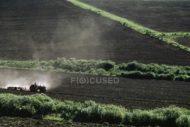 Трактори Землеоброблювальні грунту — стокове фото