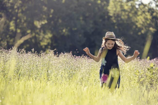 Девушка в соломенной шляпе на лугу — стоковое фото