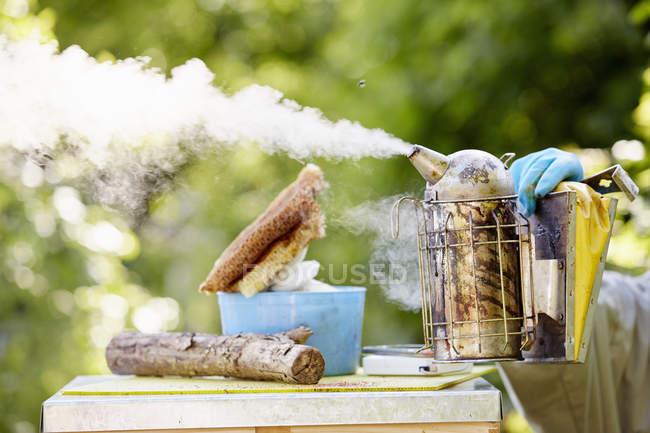 Apicoltore con un fumatore di metallo — Foto stock