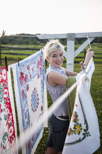 Adolescente, appendere fuori il lavaggio — Foto stock
