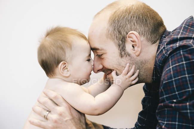 Bébé fille et son père — Photo de stock
