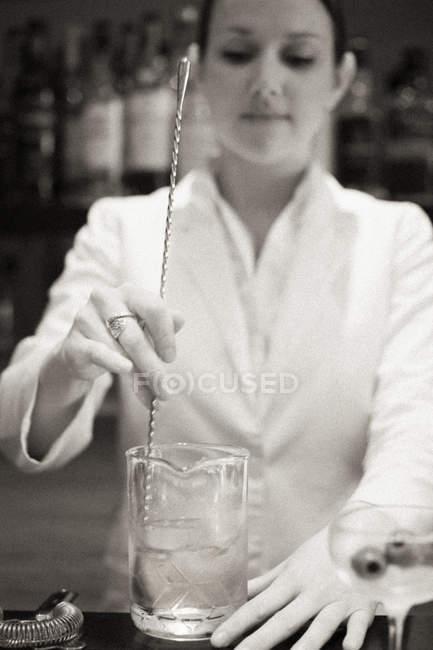 Donna che mescola un cocktail — Foto stock
