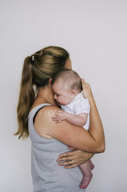 Femme berçant un enfant — Photo de stock