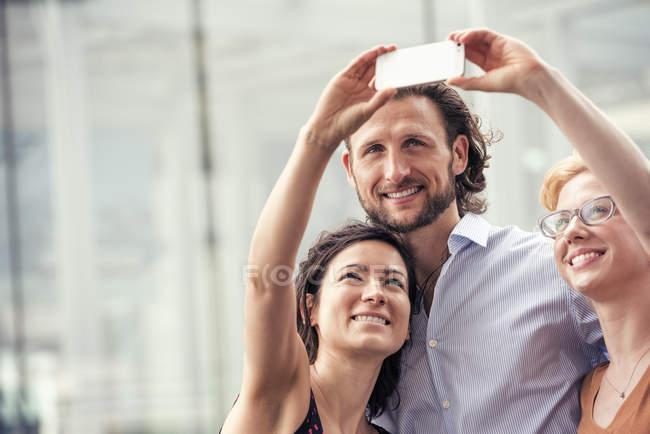 Mann und Frauen auf eine Stadt, die eine selfie — Stockfoto