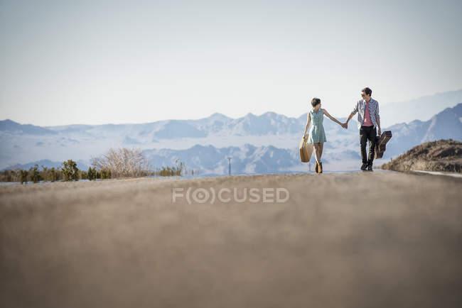 Paar auf eine asphaltierte Straße in Wüste — Stockfoto