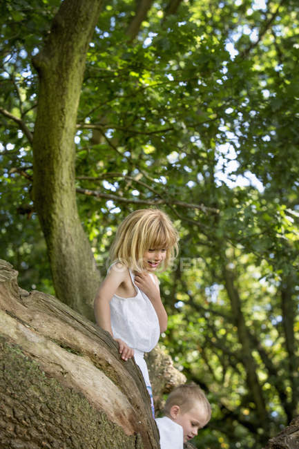 Oung boy and girl climbing — Stock Photo