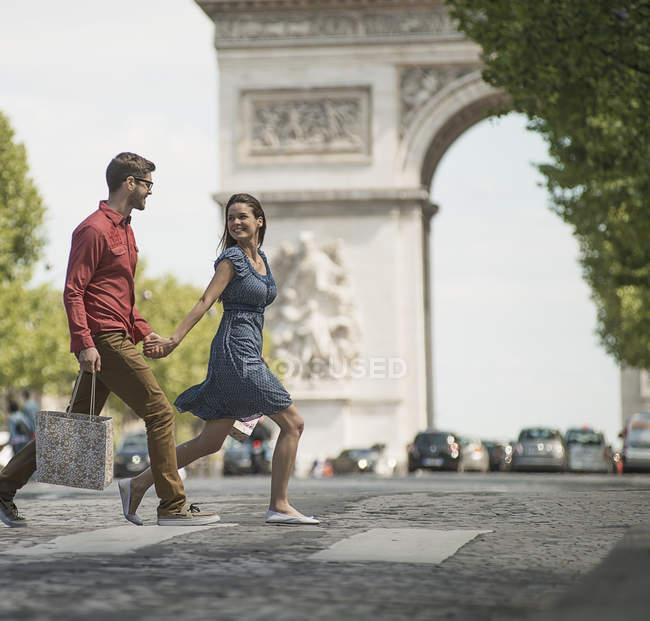 Пара ходьба Тріумфальна арка — стокове фото