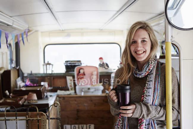 Frau steht im Bus — Stockfoto