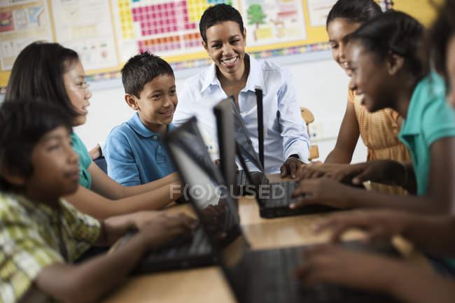 Студентів, використовуючи ноутбуки в урок. — стокове фото
