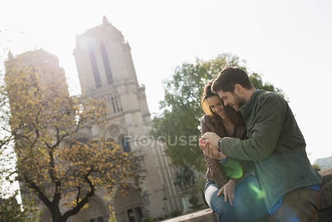 Couple at Notre Dame cathedral in Paris. — Stock Photo