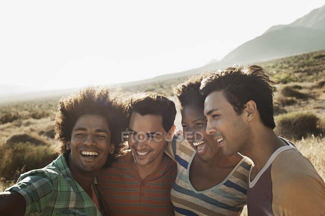 Amis ensemble se faisant passer pour un selfy — Photo de stock