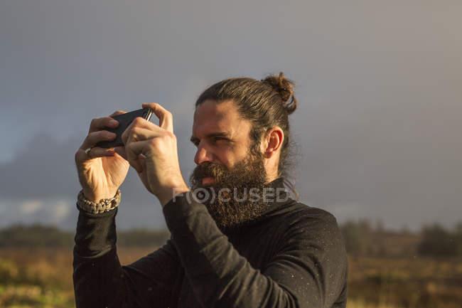 Uomo che sta utilizzando un telefono intelligente — Foto stock