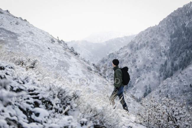 Escursione attraverso le montagne dell'uomo — Foto stock