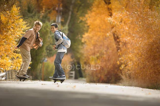 Ragazzi su skate board su una carreggiata — Foto stock