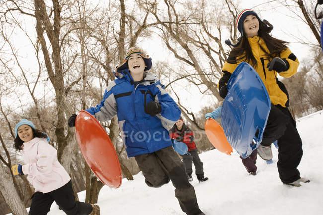 Enfants qui courent dans la neige — Photo de stock