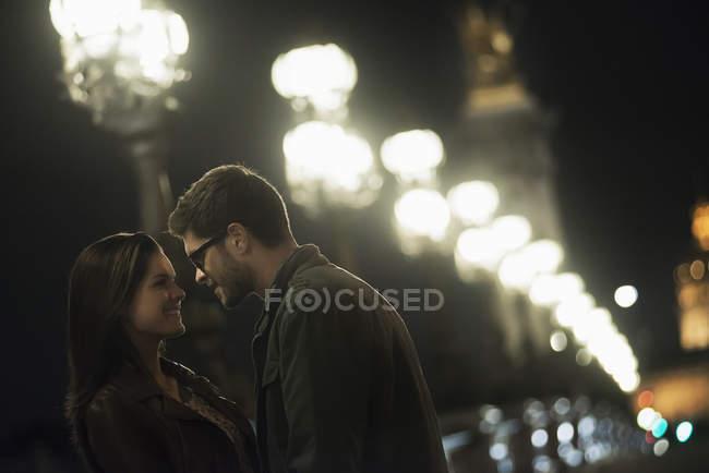 Пара обнимается в ночном городе — стоковое фото