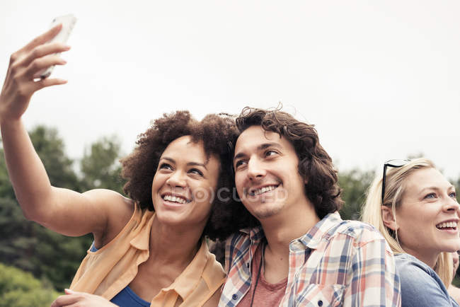 Man and women taking a selfie — Stockfoto
