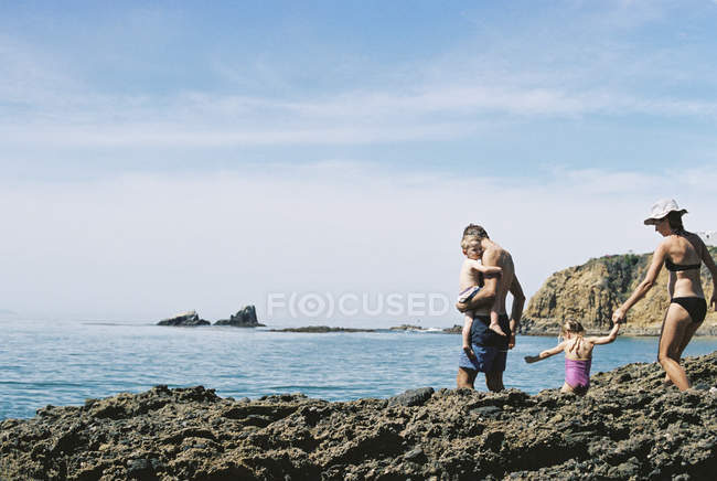 Family on holiday by the ocean. — Stock Photo