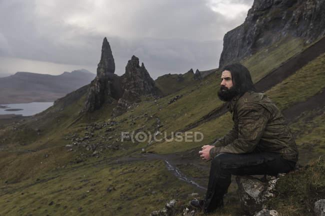 Mann sitzt auf einem Felsen — Stockfoto