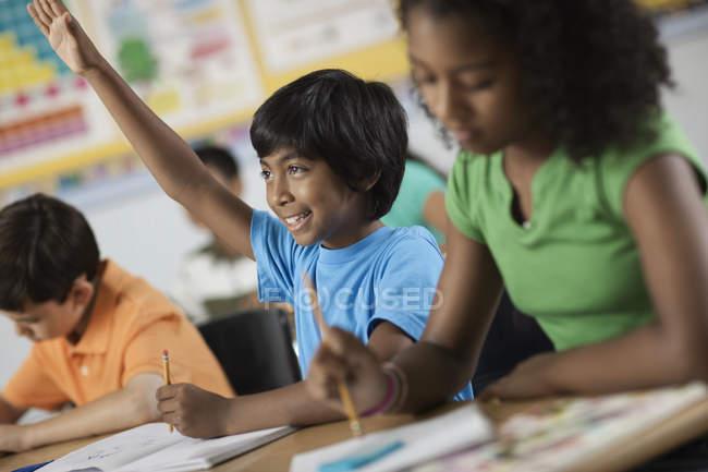 Filles et garçons dans une salle de classe — Photo de stock
