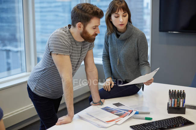 Two colleagues, a man and woman — Stock Photo