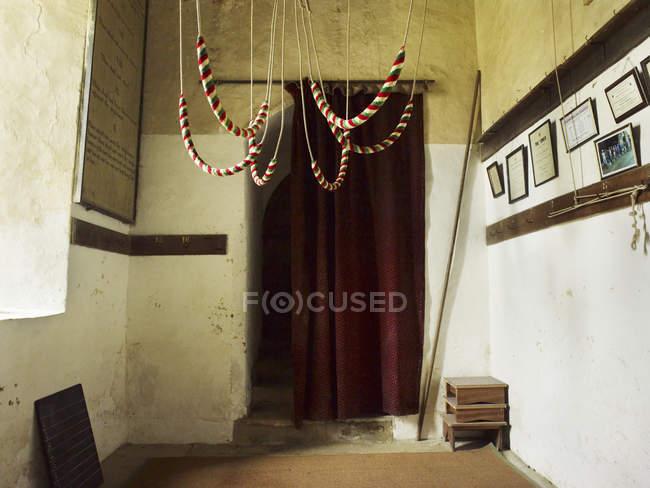 Glocke Seile von der Decke hängend — Stockfoto
