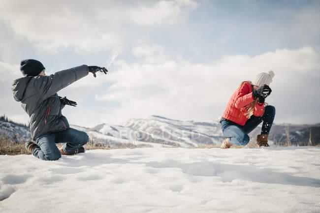 Сніжки між брат і сестра. — стокове фото