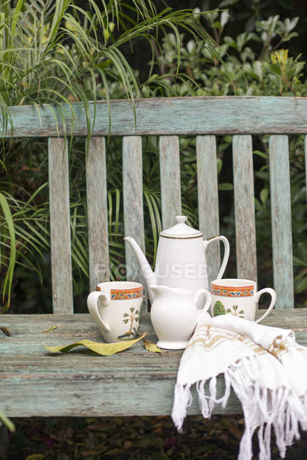 Coffee pot and mugs — Stock Photo