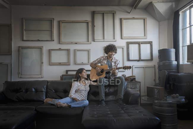 Мужчина и женщина, сидя на диване — стоковое фото