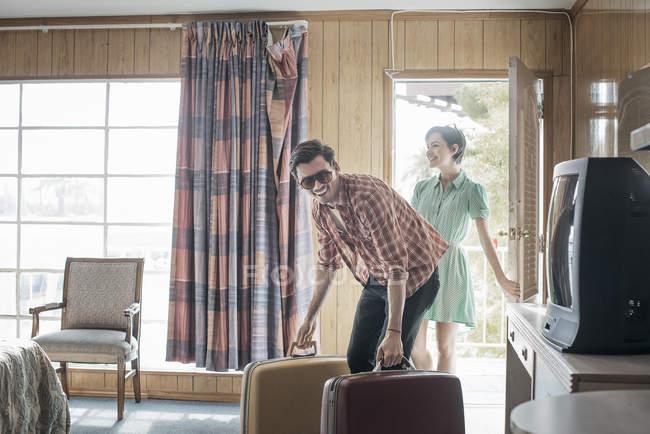 Paar, die Ankunft in einem Motelzimmer. — Stockfoto