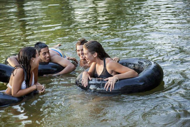 Хлопчиків і дівчаток, плавання і плаваючі — стокове фото