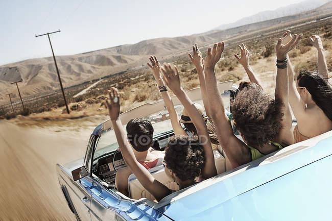 Amici in una cabriolet blu pallido — Foto stock