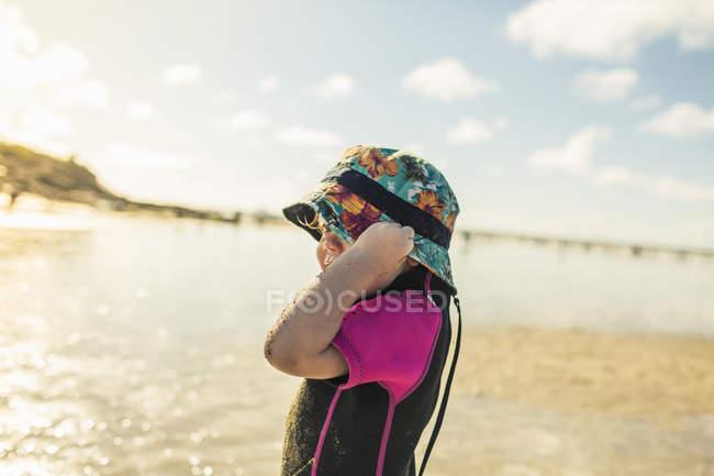 Bambino in muta e cappello da sole — Foto stock