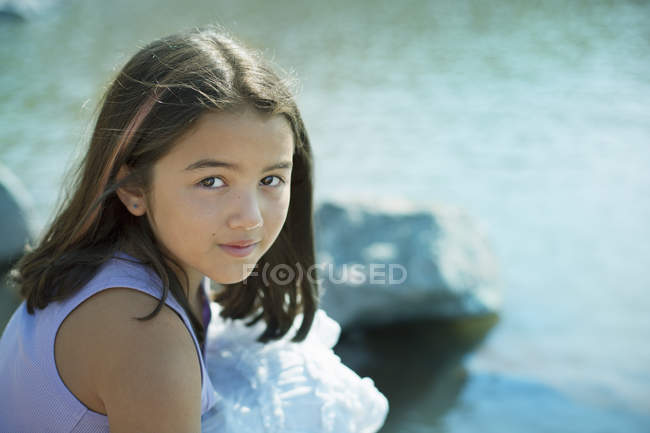 Молода дівчина з давно темним волоссям — стокове фото