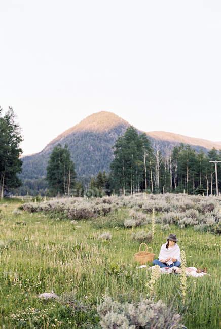 Donna che fa un picnic — Foto stock